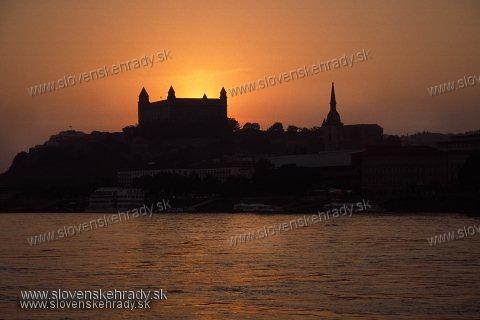 Bratislavský hrad - pohľad spoza Dunaja