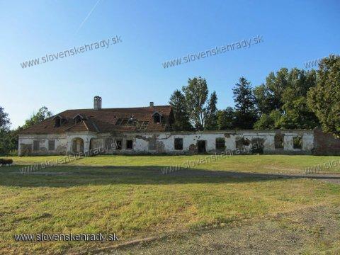 Budimír - pôvodne neskororenesančná, klasicisticky prestavaná kúria