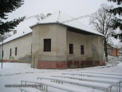 Demandice - ranobarokový kaštieľ Barossovcov postavený okolo roku 1700