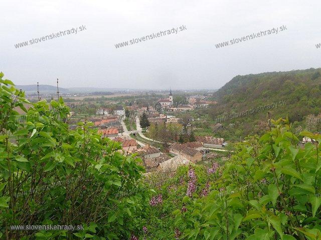 Gemerský hrad - pohľad na obec Gemer z hradného kopca (Strážny vrch)