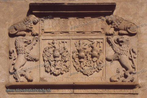 Kežmarský zámok - erb nad vchodom vstupnej veže