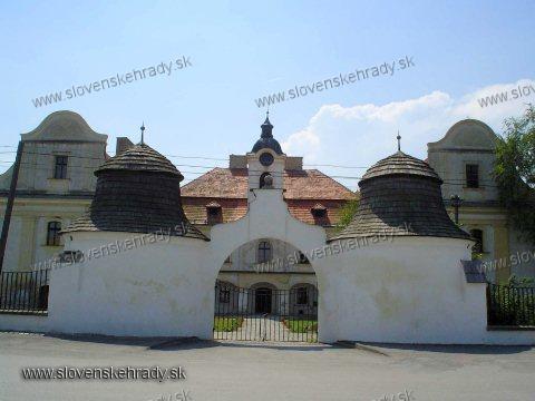 Kráľ - barokovo-klasicistický kaštieľ, vstupná brána