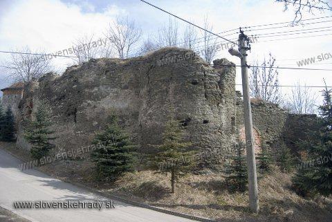 Markušovský hrad - je veľmi pozoruhodný.<br>Ukážka plesnivých múrov a nekompetentnosti kompetentných.