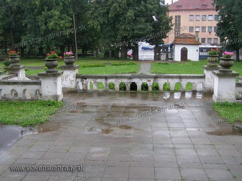Michalovský hrad - pohľad od kaštieľa na nádvorie