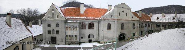 Modrý Kameň - Panoramatický pohľad na kaštieľ pri hrade