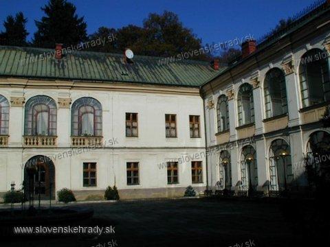 Orlové - barokový, pôvodne renesančný kaštieľ - nádvorie