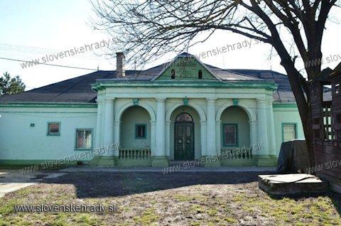 Plášťovce - neoklasicistická kúria