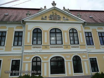 Plášťovce - barokovo-klasicistický kaštieľ