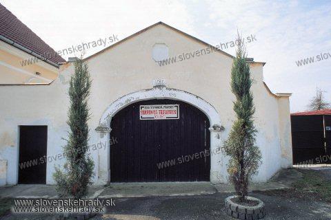 Pravenec - neskorobarokový kaštieľ - vstupná brána s datovaním nad klenákom