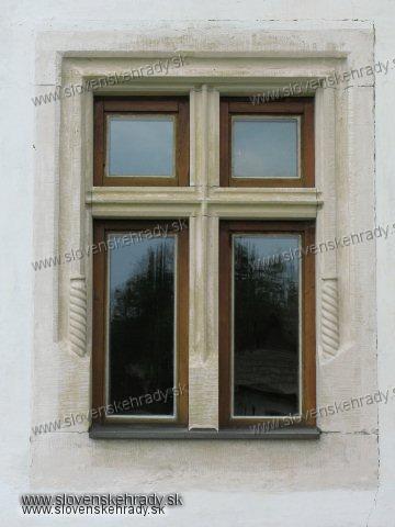 Pribylina - neskorogoticko-ranorenesančný kaštieľ<br>detail neskororenesančného okna