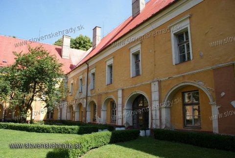 Pruské - renesančno-barokovo-klasicistický kaštieľ<br>nádvorie