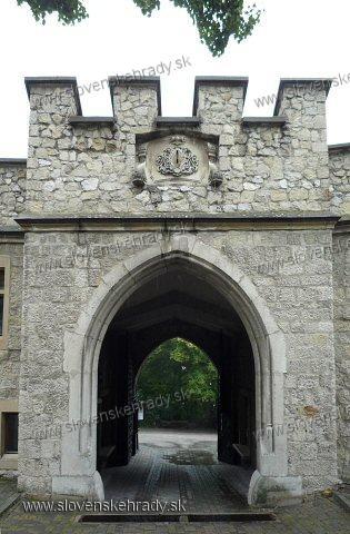 Smolenický zámok - vstupná brána z nádvoria