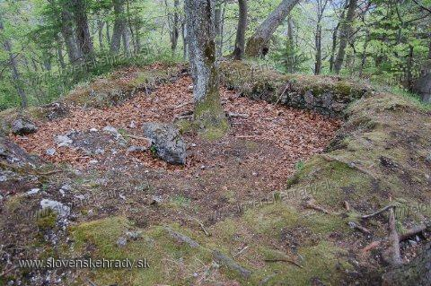 Sučiansky hrad - štvorcový pôdorys zaniknutého hradu