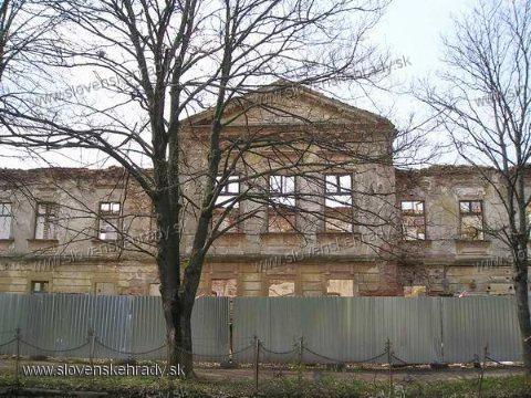Veľké Chrašťany - klasicistický kaštieľ - takto vyzerá teraz, opravy začali ale ktovie, či skončia.