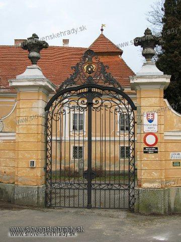 Veľké Leváre - Novobaroková mrežová brána na vstupe do areálu kaštieľa