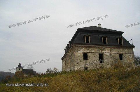Zolná - kaštieľ s kostolom z druhej strany. Bola započatá a nedokončená oprava kaštieľa.